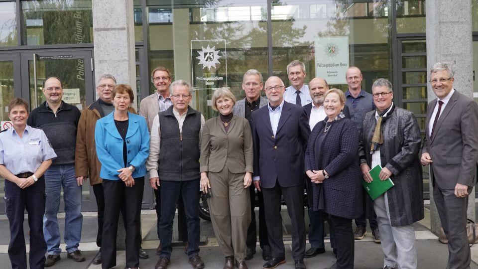 Polizeipräsidentin Ursula Brohl-Sowa (Mitte) und Leitender Kriminaldirektor Norbert Wagner mit den ehrenamtlichen Seniorensicherheitsberaterinnen und -beratern der Bonner Polizei.
